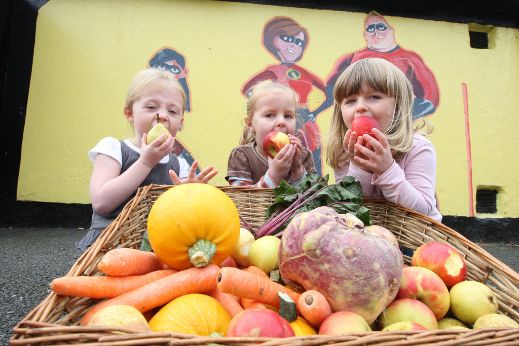 Children eating fruit and vegetables